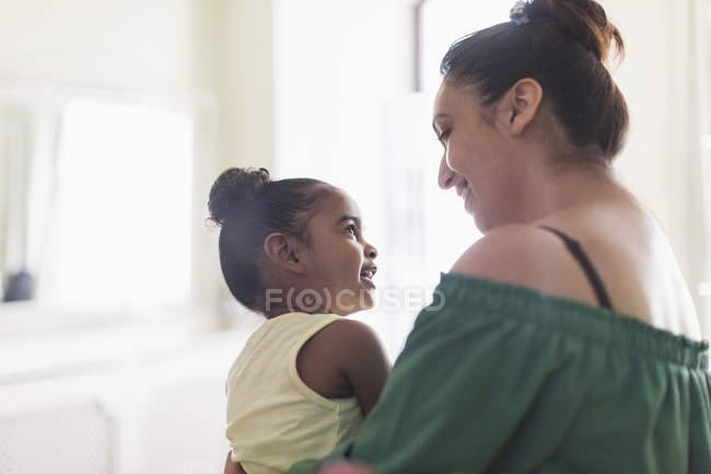 Mother and toddler daughter talking — Stock Photo
