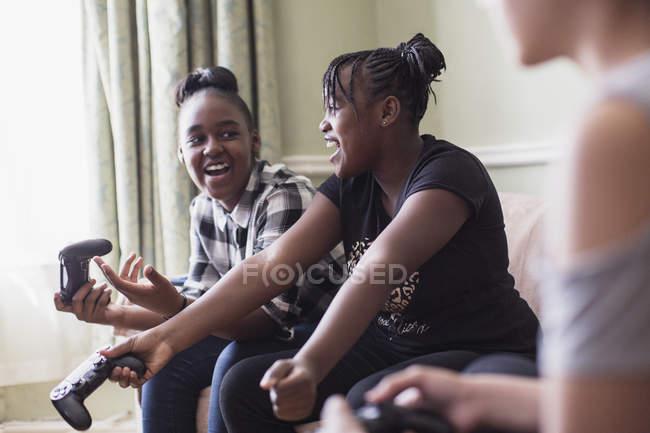 Tween ragazza amici giocare a videogioco — Foto stock