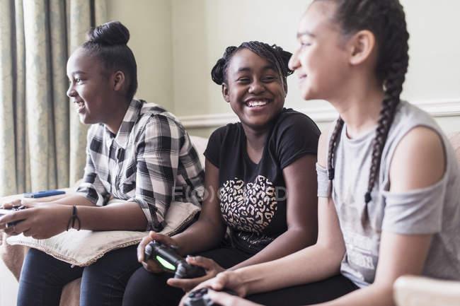 Spensierato tween ragazza amici giocare a videogioco — Foto stock