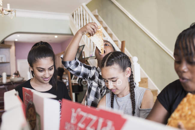 Tween friends eating pizza — Stock Photo