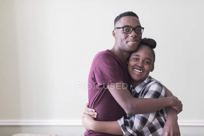 Porträt liebevolle Teenager Bruder und Schwester umarmen — Stockfoto