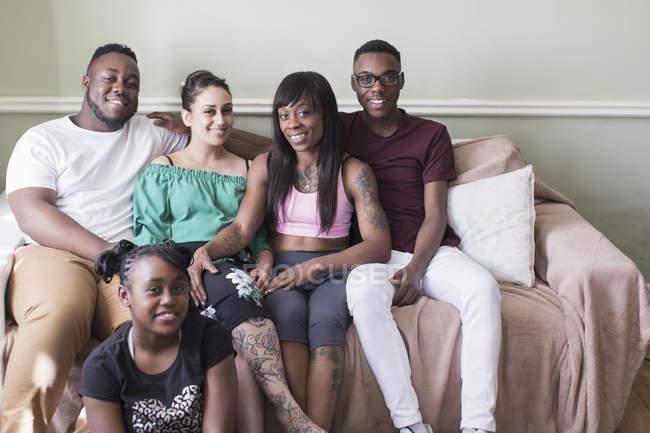Pares felizes da lésbica do retrato com as crianças no sofá da sala de visitas — Fotografia de Stock