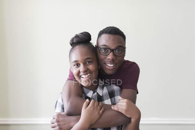 Retrato afectuoso hermano adolescente y hermana - foto de stock