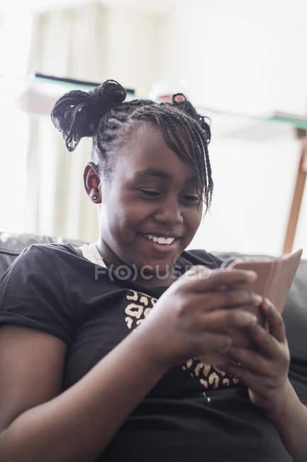 Tween girl texting with smart phone — Stock Photo
