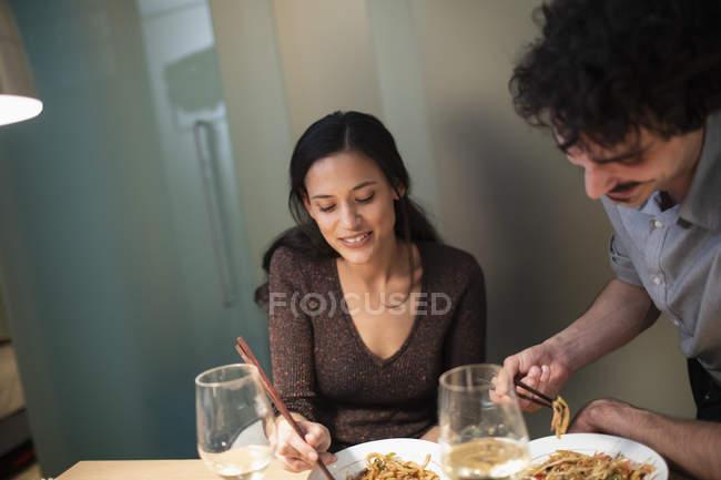 Пара обедает палочками для еды — стоковое фото