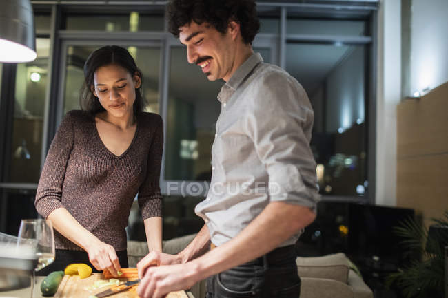 Пара різання овочі, приготування обіду у квартирі-кухня — стокове фото