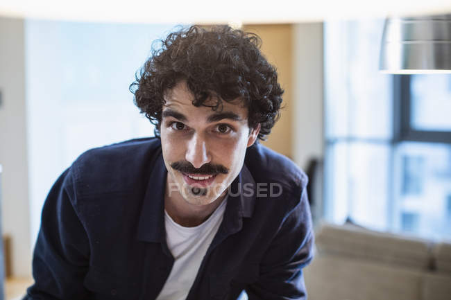 Retrato sorrindo homem e olhando para a câmera — Fotografia de Stock