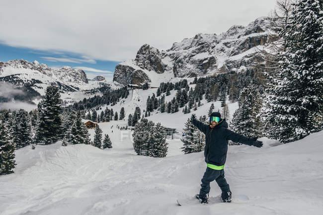 Портрет буйный сноубордист на заснеженном горнолыжном склоне, Доломитах, Италия — стоковое фото