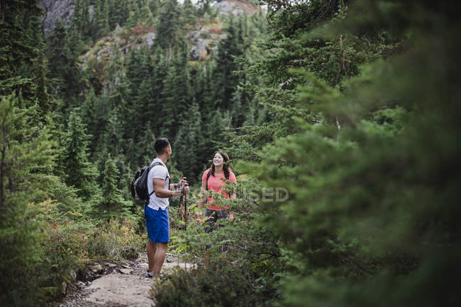 Couple hiking on remote trail in woods — Stock Photo