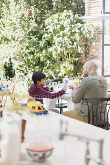 Батько і син розмальовки за столом — стокове фото