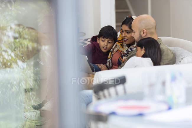 Familie nutzt digitales Tablet auf Wohnzimmersofa — Stockfoto