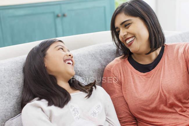 Щасливі мати і дочка, сміючись — стокове фото