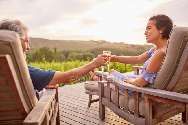 Пара розслабляючого з шампанським на курорті патіо — стокове фото