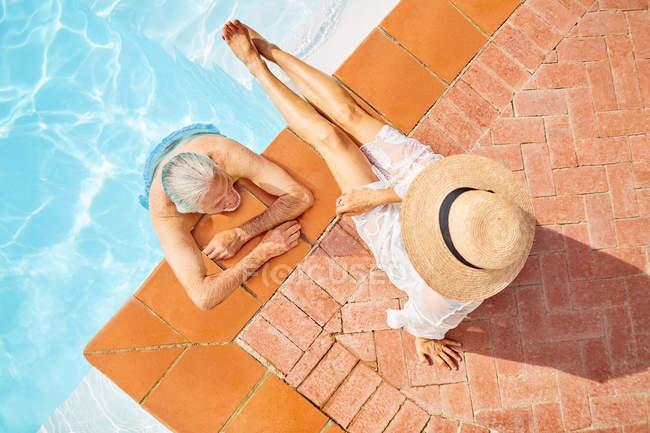 Вид зверху зрілої пари відпочиваючи в сонячному басейні — стокове фото
