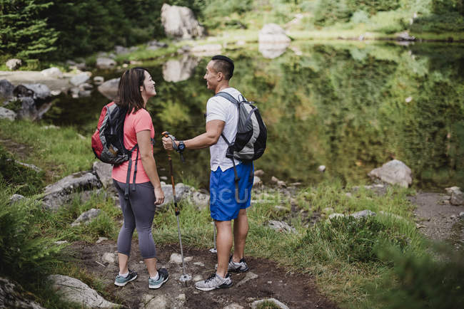 Couple hiking at lake in woods — Stock Photo
