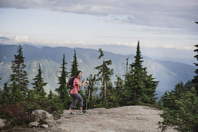 Woman hiking on mountaintop, Dog Mountain, BC, Canada — Stock Photo