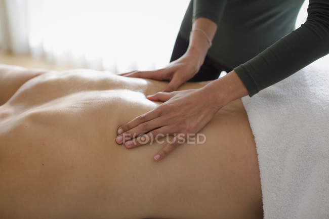 Homme recevant massage du dos — Photo de stock