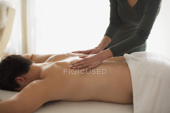 Man receiving back massage — Stock Photo
