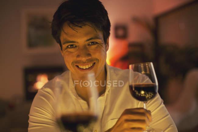 Особиста пара перспектива питної червоне вино — стокове фото