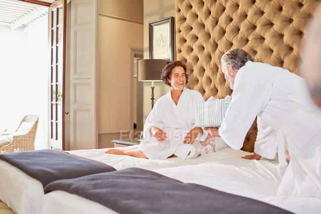 Чоловік дивовижна дружина з подарунком на ліжко — стокове фото