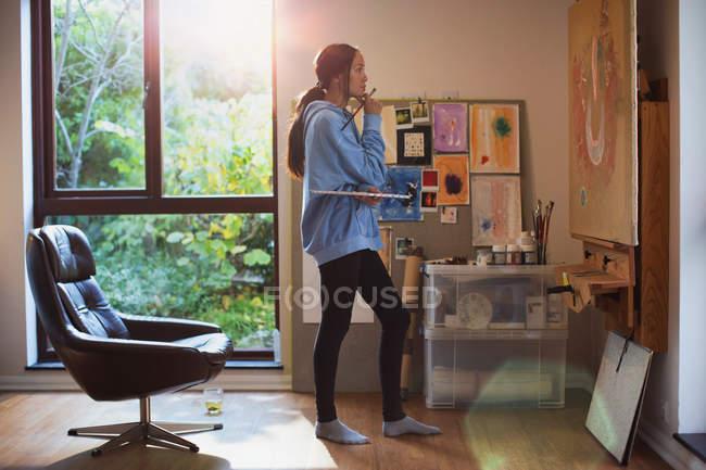 Жінка-художник живопис в арт-студії — стокове фото