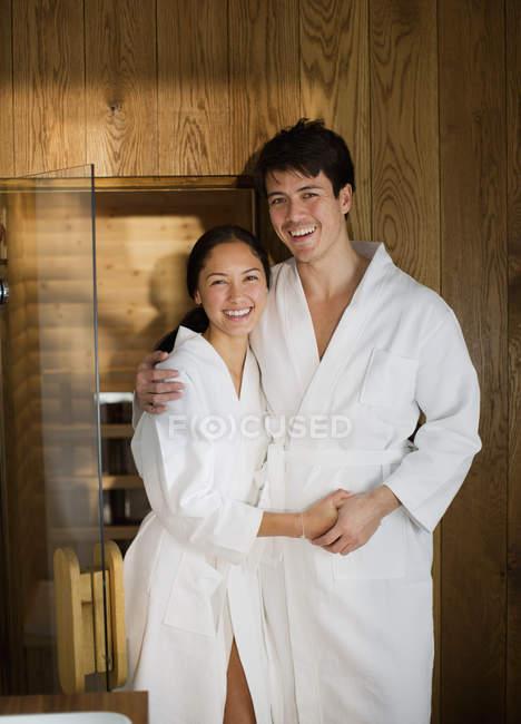Портрет счастливая пара в халаты в спа — стоковое фото