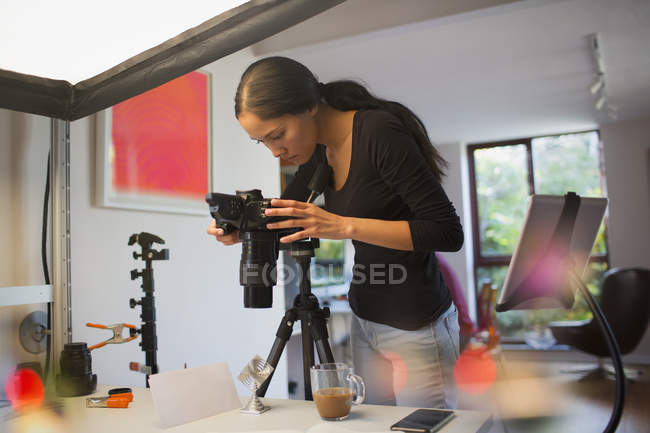 Female photographer working in studio — Stock Photo