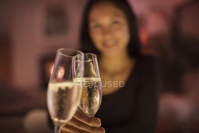 Особиста перспектива пара tocasting шампанське флейти — стокове фото