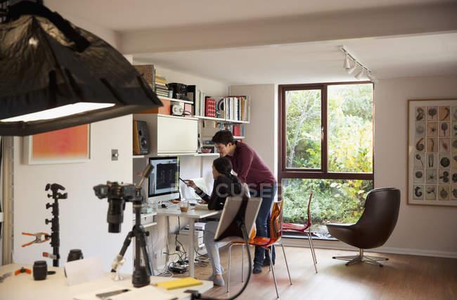 Fotógrafos que trabalham no computador no estúdio — Fotografia de Stock