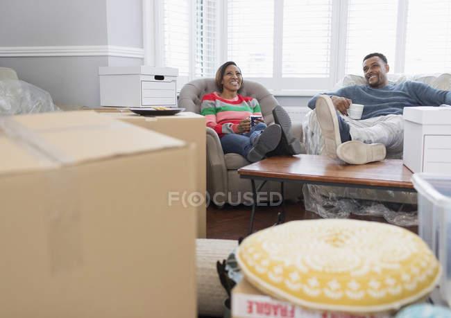 Casal feliz mudar de casa, fazer uma pausa e beber chá — Fotografia de Stock