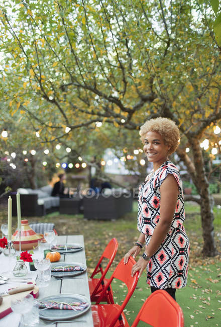 Retrato mulher feliz que hospeda jantar jardim festa — Fotografia de Stock