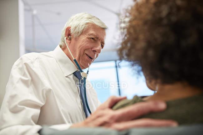 Médecin réconfortant patient à la clinique — Photo de stock