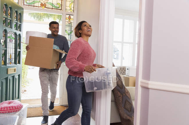 Happy couple moving into new house — Stock Photo