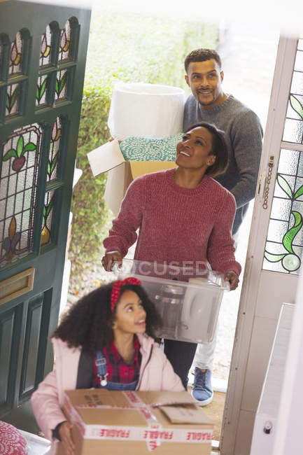 Familia feliz mudándose a casa nueva - foto de stock