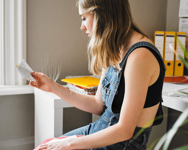 Young female college student studying with flash cards — стоковое фото