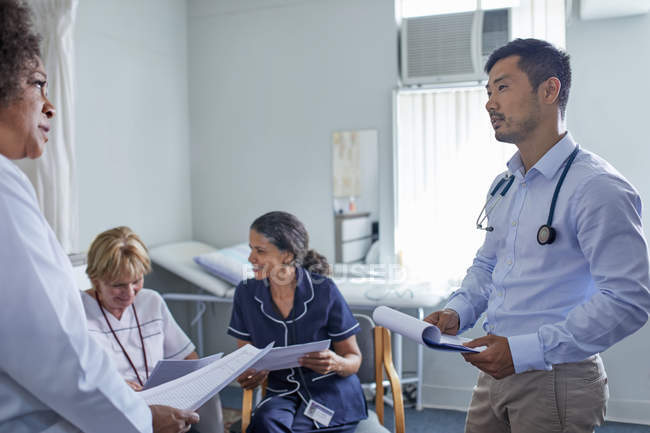 Doctors meeting, consulting in clinic — Stock Photo