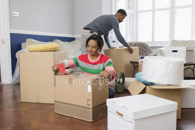 Couple packing, moving house — Stock Photo