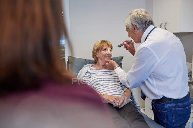 Médecin traitant en salle d'examen clinique — Photo de stock