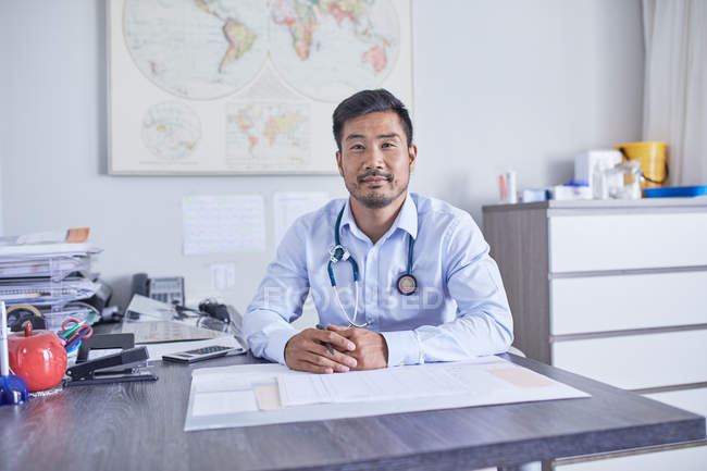 Ritratto fiducioso medico di sesso maschile che lavora nello studio medico della clinica — Foto stock
