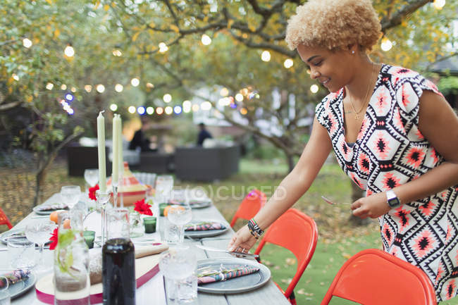 Table de réglage femme pour dîner garden party — Photo de stock