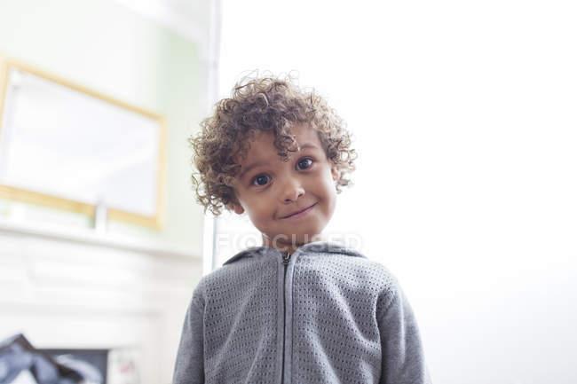 Портрет милый мальчик с вьющимися волосами — стоковое фото