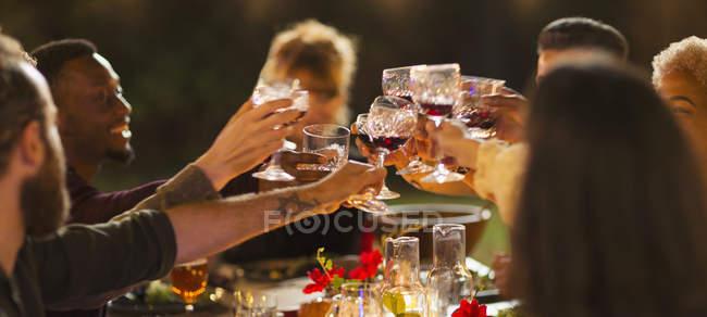 Amigos brindar copos de vinho, desfrutar de jantar jardim festa — Fotografia de Stock