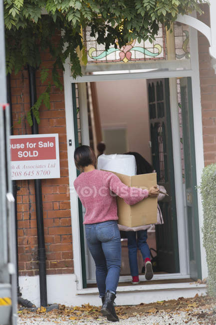 Familia mudándose a casa nueva - foto de stock