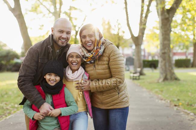 Портрет щаслива мусульманська родина в Осінній Парк — стокове фото