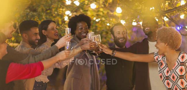 Amigos comemorando, brindando champanhe no jantar festa jardim — Fotografia de Stock