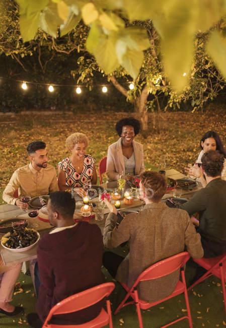 Amigos disfrutando de la cena fiesta jardín - foto de stock