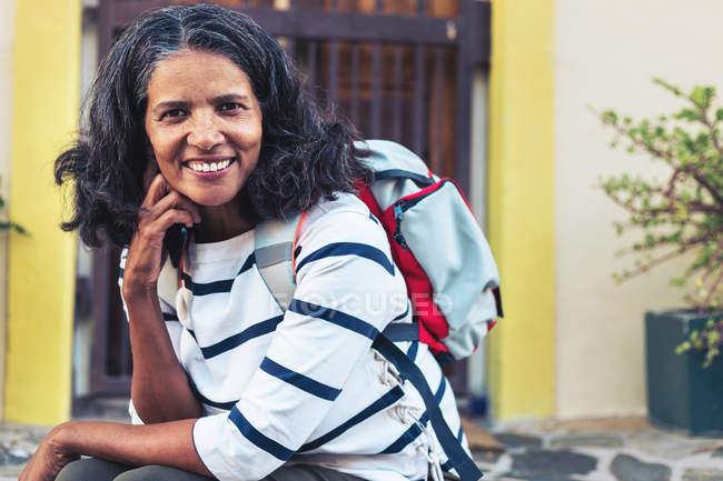 Porträt einer selbstbewussten, lächelnden Backpackerin — Stockfoto