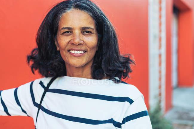 Портрет уверенной улыбающейся женщины — стоковое фото