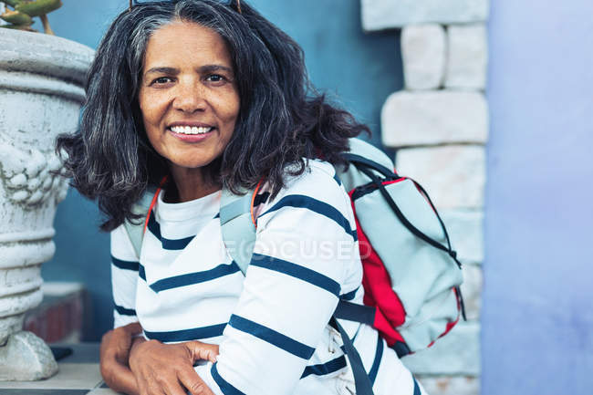 Porträt einer lächelnden, selbstbewussten Frau mit Rucksack — Stockfoto