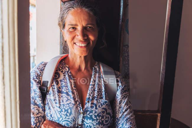 Ritratto di donna sorridente e sicura di sé — Foto stock